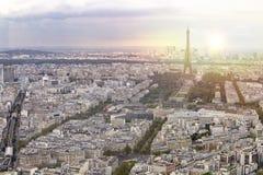 La ville de Tour Eiffel et de Paris de coucher du soleil regardent la forme Montparnasse Fond romantique de coucher du soleil Tou image stock