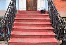 La ville de vintage fait un pas en rouge dans une partie occupée de ville Image stock