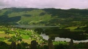 La ville de vue panoramique aux montagnes a couvert les bois verts dans le jour d'été Ombres des nuages Rivière nature banque de vidéos