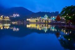 La ville du paysage de nuit de bord de lac Photos stock