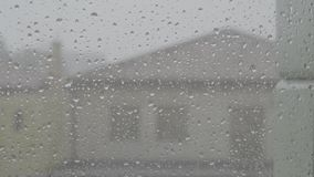 La ville en baisse de fenêtre de jour pluvieux de Waterdrops détendent banque de vidéos