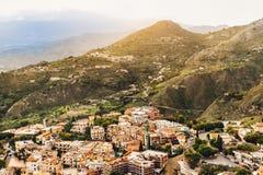 La ville ensoleillée avec le paysage de montagne, Sicile, Italie Image stock