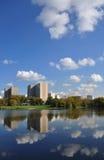 La ville et le fleuve Photographie stock libre de droits