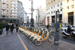 La ville fait du vélo pour la location à Milan, Italie Photos libres de droits