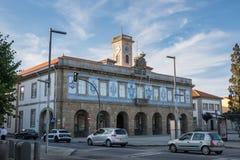 La ville hôtel/Camara Municipal de Povoa de Varzim dans Praca font Almada avec les tuiles traditionnelles d'azulejo photos stock
