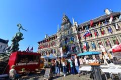 La ville hôtel d'Anvers se tient à la grande place du marché Photos libres de droits