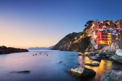 La ville, le cap et la mer de Riomaggiore aménagent en parc au coucher du soleil Terre de Cinque images stock