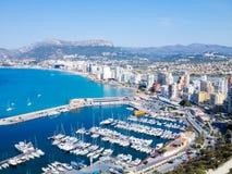 La ville le long de la mer et de la marina La vue à partir du dessus Calpe, Espagne Photos stock