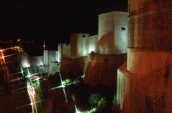 La ville mure la ville de Dubrovnik par nuit Photos stock