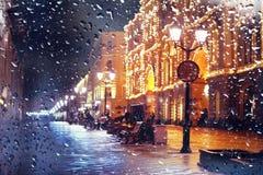 La ville piétonnière de nuit de rue de ‹d'†de ‹d'†de ville s'allume Photographie stock libre de droits