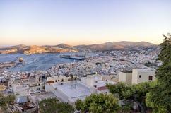 La ville pittoresque de l'île de Syros, Grèce, le soir Image stock