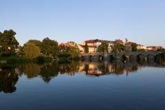 La ville se reflète dans le fleuve Images libres de droits