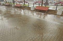 La ville verse la pluie photos libres de droits