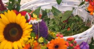 La vinca lascia in un canestro di vimini con i fiori stock footage
