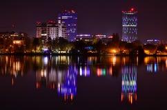 La viola accende la scena di notte con la riflessione dell'acqua Fotografia Stock