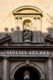 La Virgen con el bebé en el portal de la catedral del Saint Nicolas en Alicante, España Fotografía de archivo libre de regalías