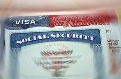 La visa americana en un documento personal del fondo de los E.E.U.U. de la página del pasaporte y del nember sacial de la segurid imagenes de archivo