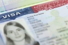La visa americana en un fondo de la página del pasaporte (los E.E.U.U.) Imágenes de archivo libres de regalías