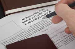 La visa de papel de la inmigración de los E.E.U.U. de la forma miente en la superficie negra fotos de archivo libres de regalías