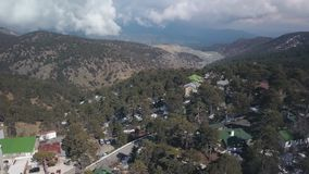 La visión aérea en las montañas de Troodos en Chipre en día de primavera, nieve está mintiendo en la tierra almacen de metraje de vídeo