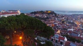 La visión aérea iluminó las calles de Lisboa en crepúsculo almacen de video