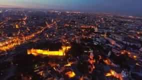 La visión aérea iluminó los caminos y las calles de Lisboa en la noche metrajes