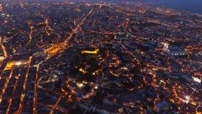 La visión aérea iluminó los caminos y las calles de Lisboa en noche metrajes
