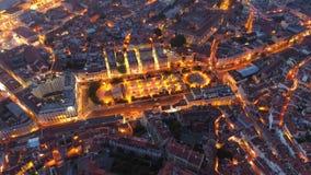 La visión aérea iluminó los caminos y las calles de Lisboa en noche almacen de metraje de vídeo