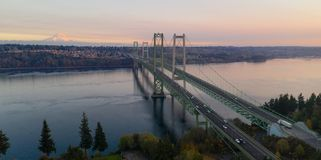 La visión aérea Tacoma estrecha los puentes sobre Puget Sound el Monte Rainier fotos de archivo