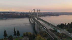 La visión aérea Tacoma estrecha los puentes sobre Puget Sound el Monte Rainier en el fondo metrajes