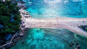 La visión aérea tiró en la playa tropical de la isla en Tailandia Foto de archivo