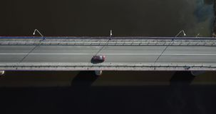 La visión aérea, un puente es una de construcción importante que permite que viaje la gente almacen de metraje de vídeo