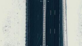 La visión aérea verticalmente abajo de la carretera en invierno, coches conduce a lo largo del camino almacen de metraje de vídeo