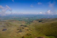 La visión abajo desde el maíz Du, mirando hacia la ciudad de Brecon en el Brecon baliza el parque nacional Foto de archivo libre de regalías