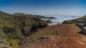 La visión abajo sobre las nubes de cuestas de Pico hace metrajes