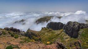 La visión abajo sobre las nubes de cuestas de Pico hace almacen de video