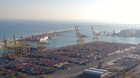 La visión desde la altura del puerto, de las naves, de las fábricas y de la producción Luz del día, mañana, ecología, fábrica, ma almacen de video