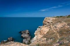 La visión desde la altura sobre el mar orilla y barcos rocosos en el mar en día soleado Fondo de la naturaleza imágenes de archivo libres de regalías