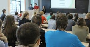 La visión desde de un grupo de estudiantes en una sala de clase, escuchando como su profesor lleva a cabo una conferencia Visión  metrajes