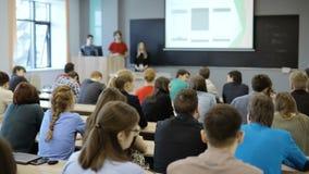 La visión desde de un grupo de estudiantes en una sala de clase, escuchando como su profesor lleva a cabo una conferencia Visión