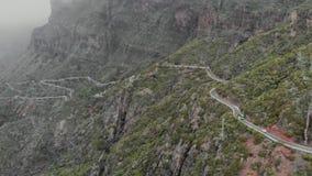 La visión desde el abejón a la montaña impresionante y al camino peligroso, que se piensa solamente para los conductores experime metrajes