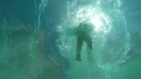 La visión desde el agua en el ` s del sol irradia almacen de metraje de vídeo