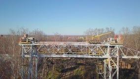 La visión desde el aire de los haces ferroviarios grandes de una grúa Empresa industrial almacen de video