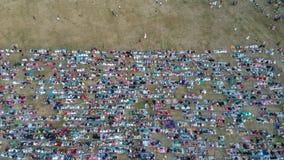 La visión desde el aire del rezo de Eid al-Fitr en 2019 en el campo de Puputan Renon Los rezos de Eid fueron asistidos por millar foto de archivo