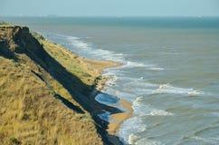La visión desde el alto banco en el estrecho de Kerch en el Mar Negro y las naves Imagenes de archivo