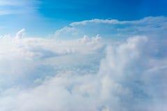La visión desde el avión sobre la nube y el cielo Foto de archivo libre de regalías