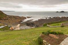La visión desde el cabo Cornualles a las tierras termina Cornualles en un día cubierto Fotografía de archivo