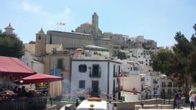 La visión desde el castillo histórico de Ibiza España que muestra arquitectura histórica y arruina cuál pasa por alto el mar y lo fotos de archivo libres de regalías