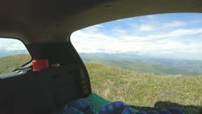 La visión desde el coche en el paisaje natural de la meseta es alta en las montañas en un día soleado Viaje por carretera a travé almacen de metraje de vídeo