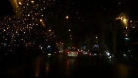 La visión desde el coche mientras que llovía almacen de video